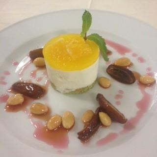 Panna Cotta  Mousse auf Dattel Mandel Salat und Granatapfel