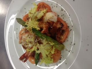 Tomaten carpaccio mit gebratenen Garnelen, grünem Spargel und einer Schokoladen Vinaigrette.