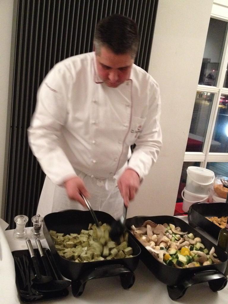 Küchengott beim Zubereiten eines veganen Buffets